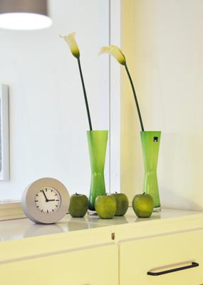 Uhr und Vasen